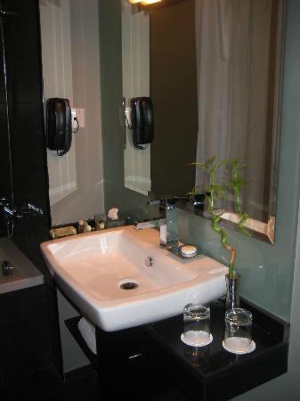 Lotus Hotel Apartments & Spa, Dubai Marina: bathroom