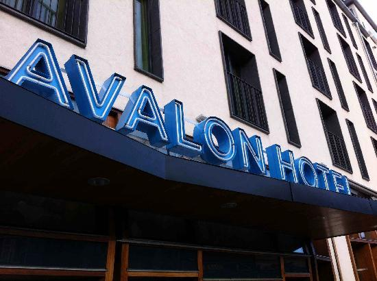Avalon Hotel: Main entrance sign