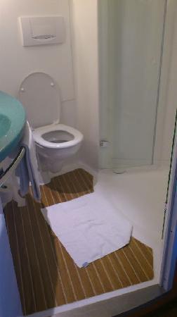 Ibis Darmstadt City: Clean bathroom, hairdryer provided