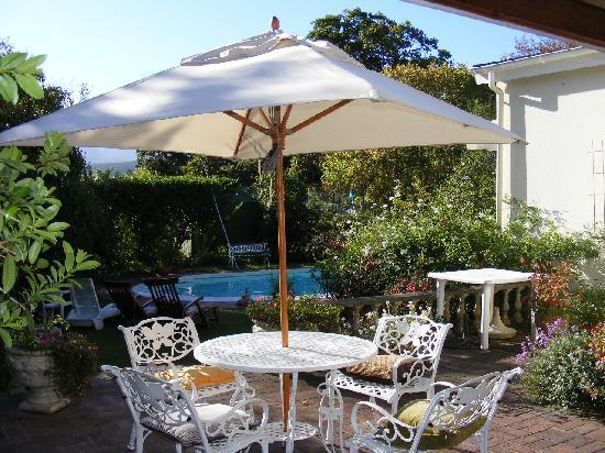 Ballot's House Guest Lodge: Breakfast Patio with view of pool and lovely English garden