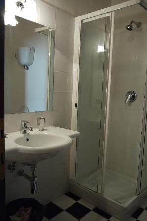Locanda Petrella: Baño nuevo
