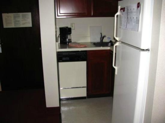 Residence Inn Minneapolis Edina: Spotless kitchen area