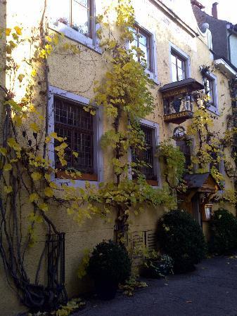 Winzerstube zum Becher: Außenansicht im Herbstlaub