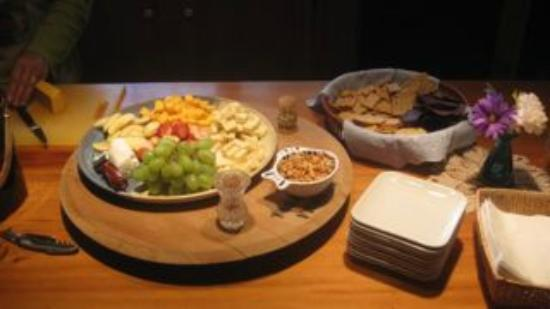 Henson Cove Place B&B: Happy hour snacks and wine