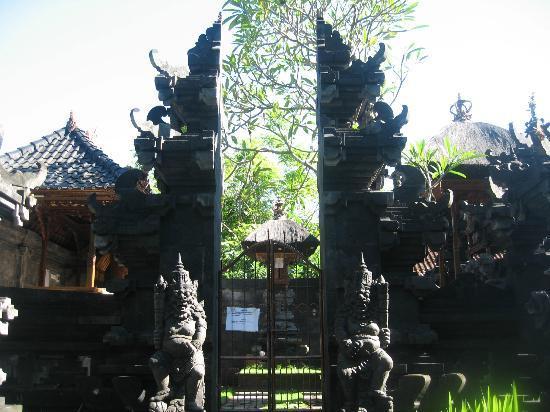Diwangkara Beach Hotel & Resort : temple in hotel