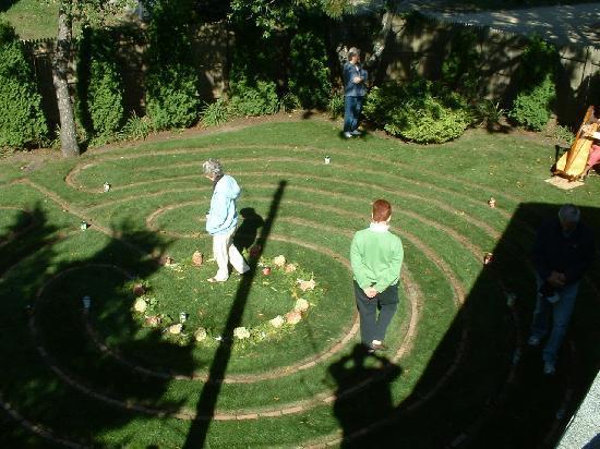 Allen Harbor Breeze Inn & Gardens : Peaceful walk in our labyrinth garden