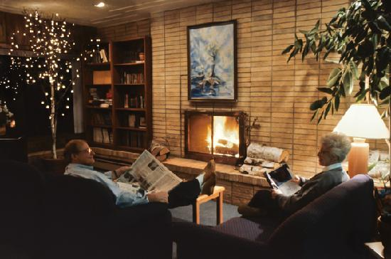 The Shoreline Inn: Fireside, lake view lobby