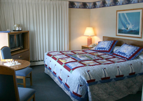 The Shoreline Inn: Rooms with king beds