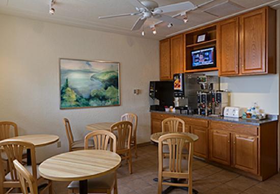 The Shoreline Inn: Free continental breakfast