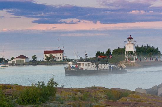 The Shoreline Inn: Breathtaking harbor