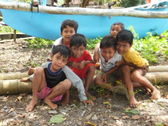 Cili Emas Oceanside Resort: Kinder aus dem Dorf Tejakula