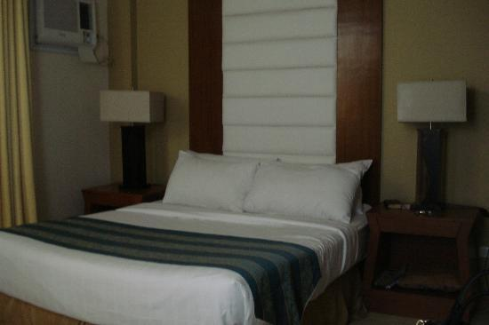 Home Crest Hotel: Comfortable matrimonial bed with nice linens & lots of pillows