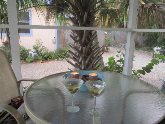 Periwinkle Cottages of Sanibel: Martinis after a day at the beach.