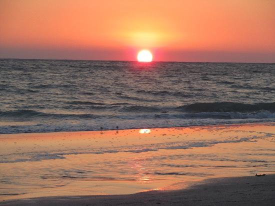 Periwinkle Cottages of Sanibel: Stunning sunsets.