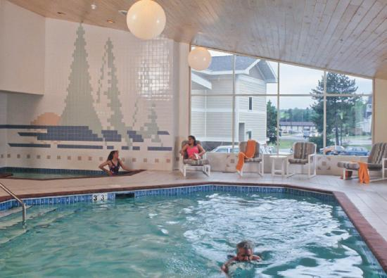 Spruceglen Inn: Enjoy the Aspen Lodge swimming pool