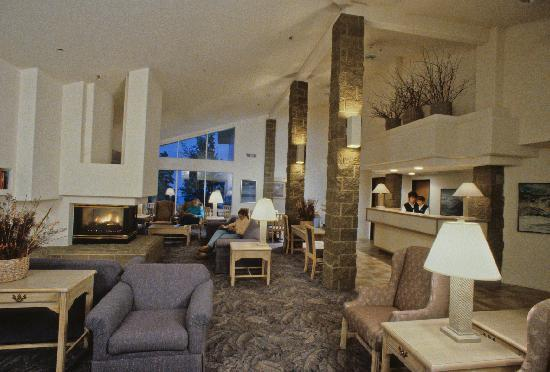 Spruceglen Inn: Enjoy the Aspen Lodge fire side lobby