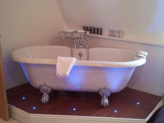 The Carlton Apartments: the bath in your bedroom