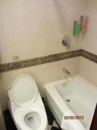 Golden Dragon Hotel: Bathroom