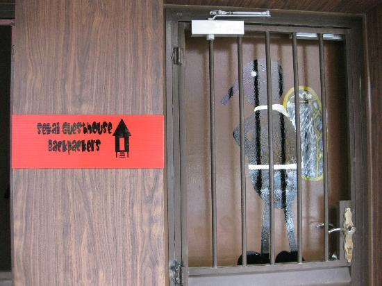 Sekai Guesthouse and Backpackers: Entrance of Backpackers. Our backpackers is 2nd floor.