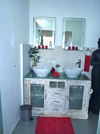 Bermimpi Bali Villas: Villa Rouge Bathroom