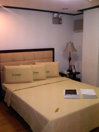 D'Leonor Hotel: my room with queen-sized bed