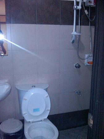 D'Leonor Hotel: the bathroom