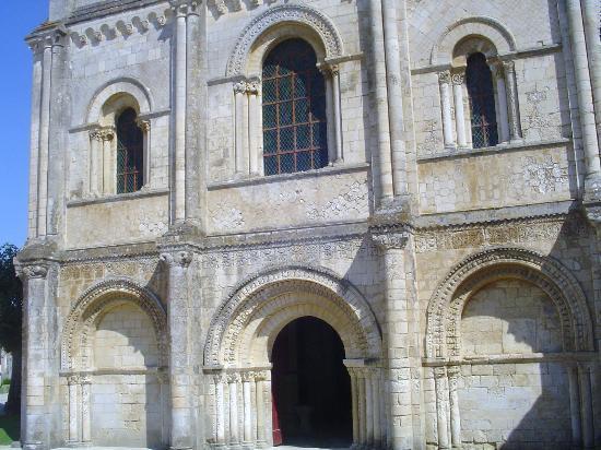 Abbaye de Nieul-sur-l'Autise : la facade de l'église romane