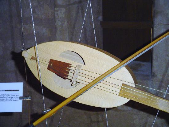 Abbaye de Nieul-sur-l'Autise : les instruments mis en scène avec les chapiteaux et la musique qui s'y rapporte
