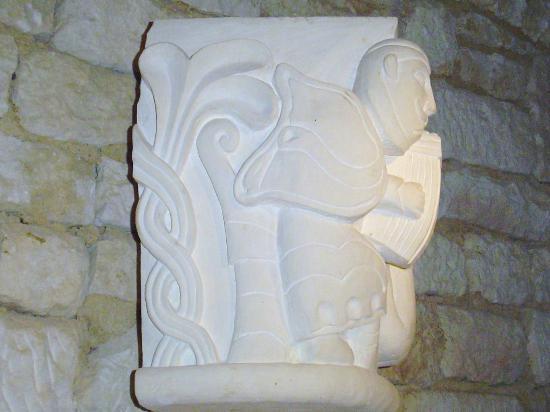 Abbaye de Nieul-sur-l'Autise : détail d'un chapiteau montrant un joueur d'instrument ...