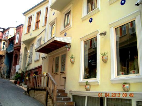 Diva's Hotel: Vue de l'hotel depuis la rue katip sinan camii