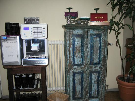 Hotel Hellsten: you can make a cup of coffee or tea in the lobby