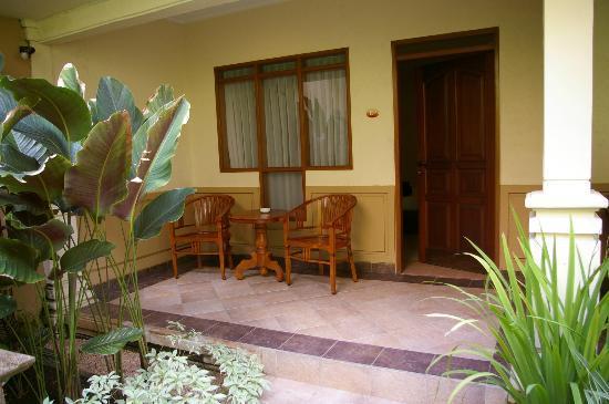 Mutiara Bali Boutique Resort & Villas: kleine Terrasse vorm Zimmer, Blick auf Pool