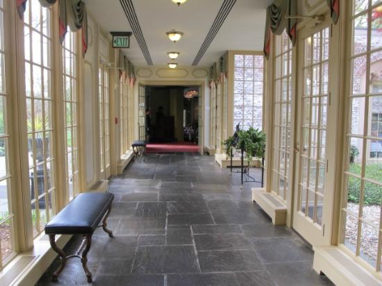 Williamsburg Inn: Hallway leading to formal dining room