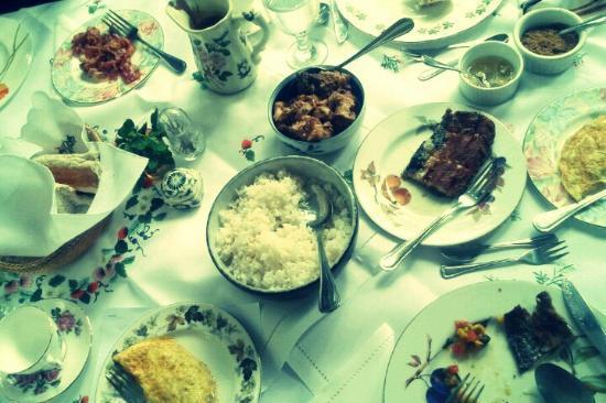 Sonya's Garden B&B: sit-down buffet