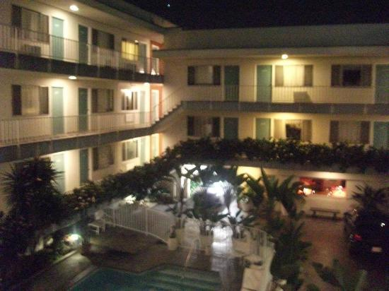 Beverly Laurel Motor Hotel: another geneal view of the inside court
