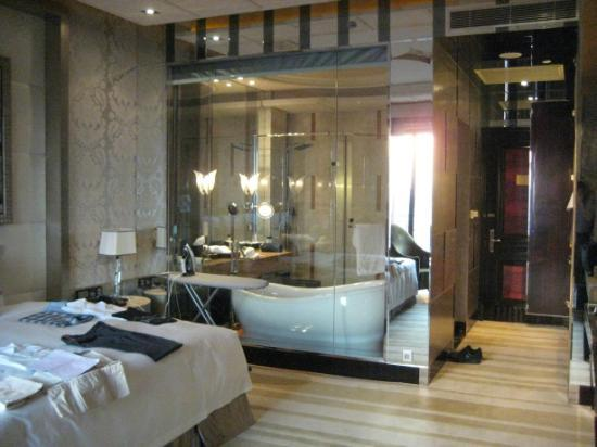 Chateau Star River Pudong Shanghai: Swish glass-lined bathroom