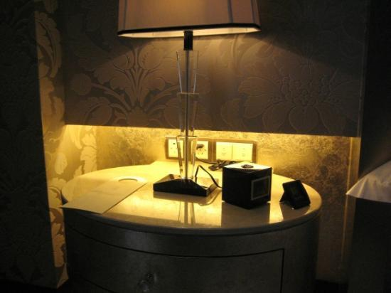 Chateau Star River Pudong Shanghai: You need long arms to reach bedside table and switches