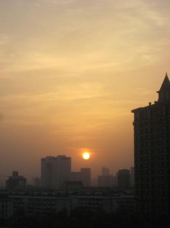 Chateau Star River Pudong Shanghai: Nice smoggy sunset if you look West