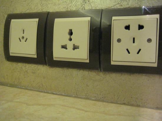 โรงแรมชาโตว์สตาร์ ริเวอร์ ผู่ตง เซี่ยงไฮ้: Bedside socket choice