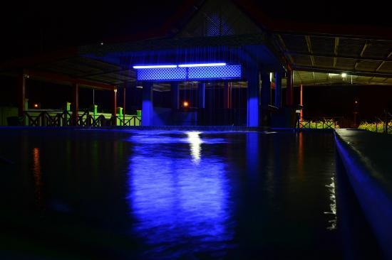 Airport Suites Hotel: Swimming pool at night.