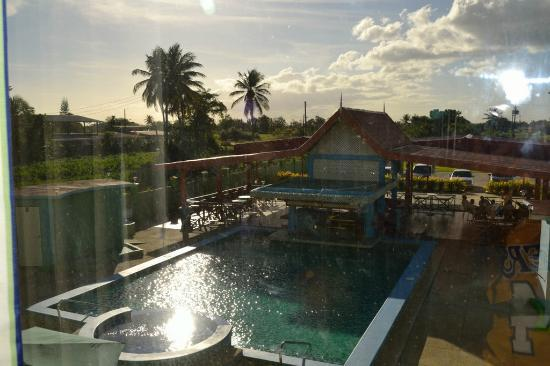 Airport Suites Hotel: View from room on the swimming pool side