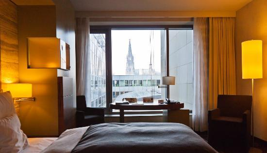 Dorint Hotel am Heumarkt Koln: Half of room with Dom in the background
