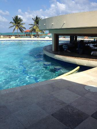 Grand Caribe Belize Resort and Condominiums: Grand Caribe swim up pool bar & grill
