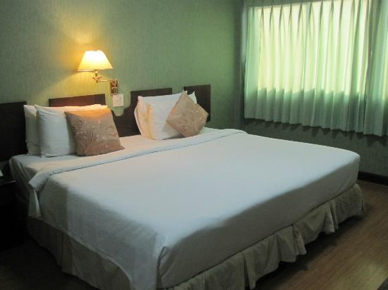 Queen Lotus Guest House: Queen Lotus - Firm & comfortable bed with fresh white linen