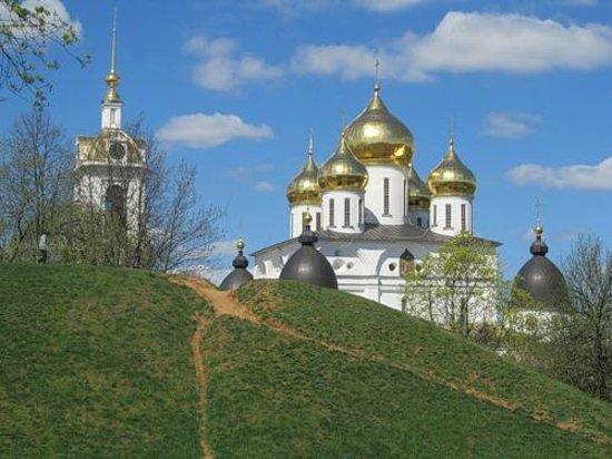 Dmitrov, روسيا: Земляной вал 12 века и Успенский собор 16 века