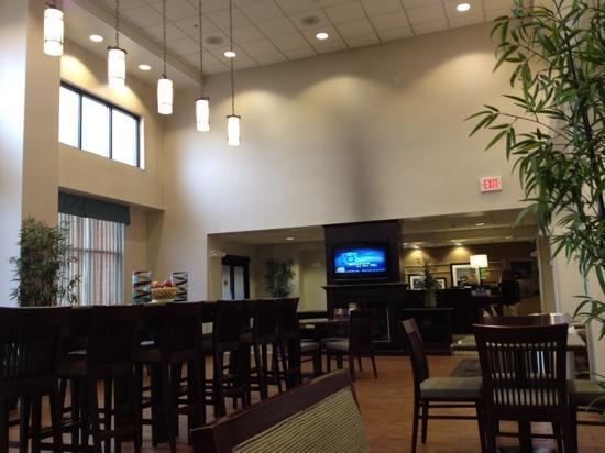 Hampton Inn & Suites Syracuse Erie Blvd/I-690: breakfast dining room