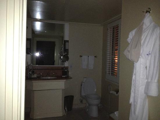 Hilton Checkers Los Angeles: Big bathooms