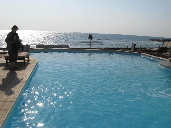 Dyarna Hotel: The pool (with the Red Sea behind)