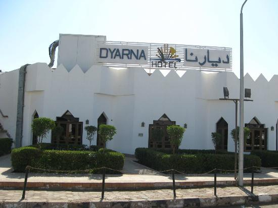Dyarna Hotel: View of hotel from the road