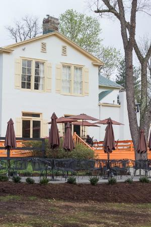 Flint Hill Public House & Country Inn: Back patio